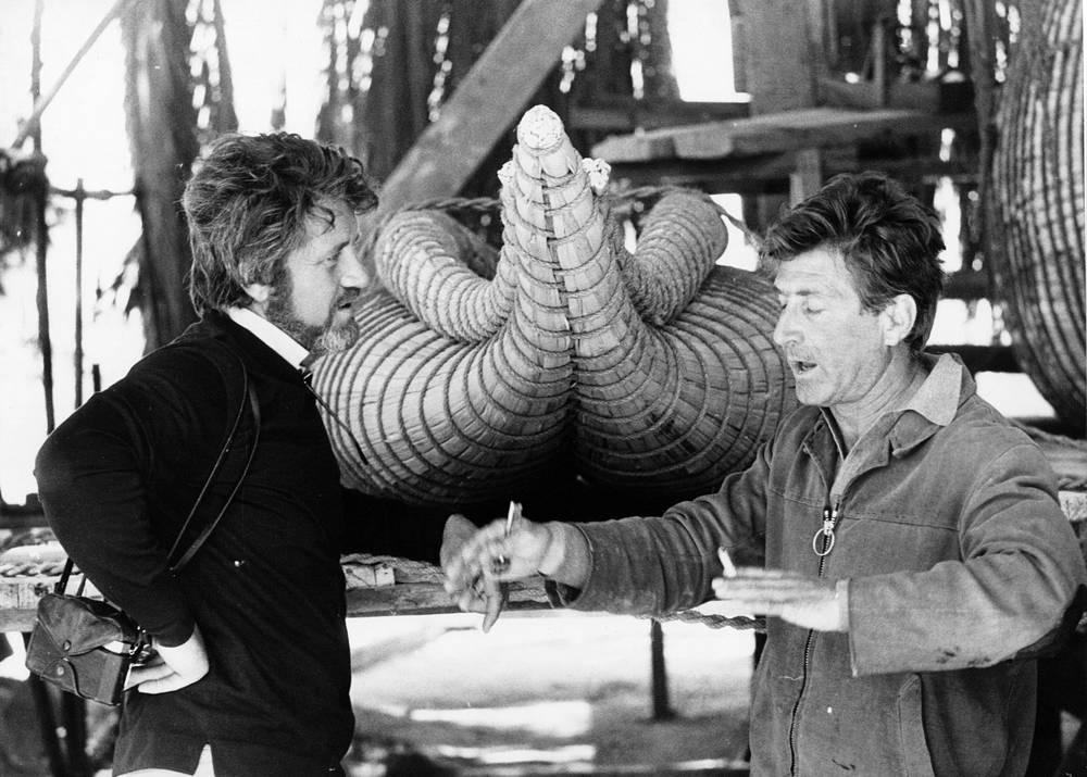 """Десять месяцев спустя стартовала экспедиция """"Ра II"""". На фото: члены экипажа кинооператор Карло Маури и антрополог Сантьяго Хеновес перед папирусной лодкой, 1970 год"""