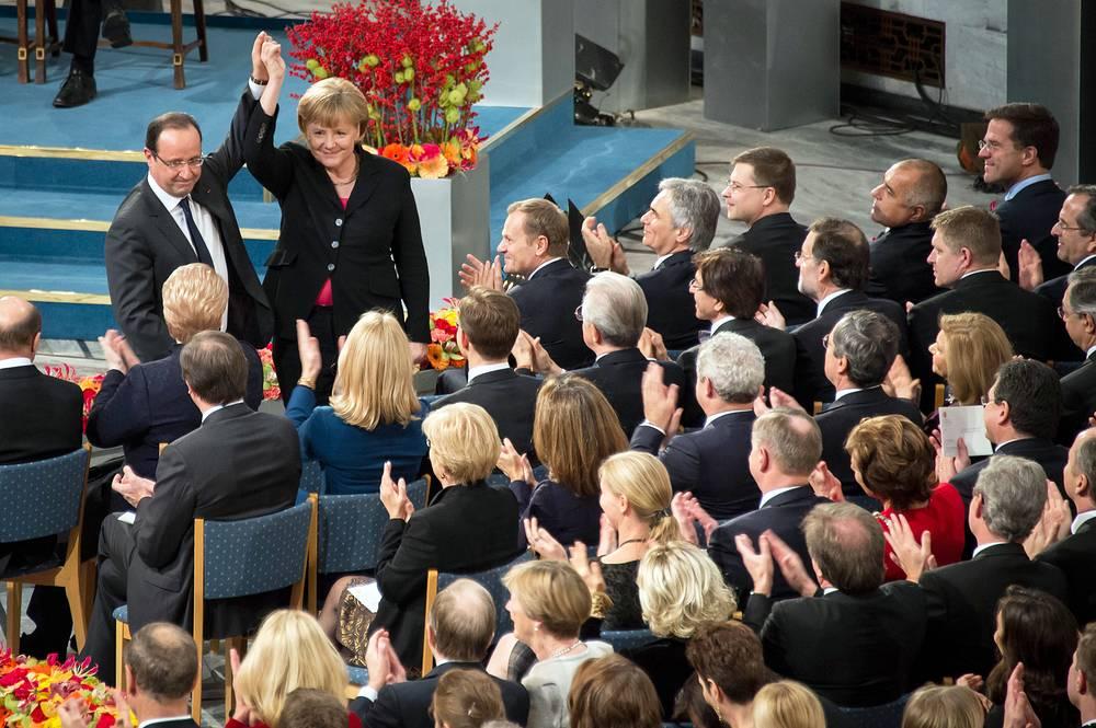 Европейский союз (2012) - за шесть десятилетий работы по защите прав человека в Европе и вклад в объединение континента. На фото: президент Франции Франсуа Олланд и канцлер Германии Ангела Меркель во время вручения премии