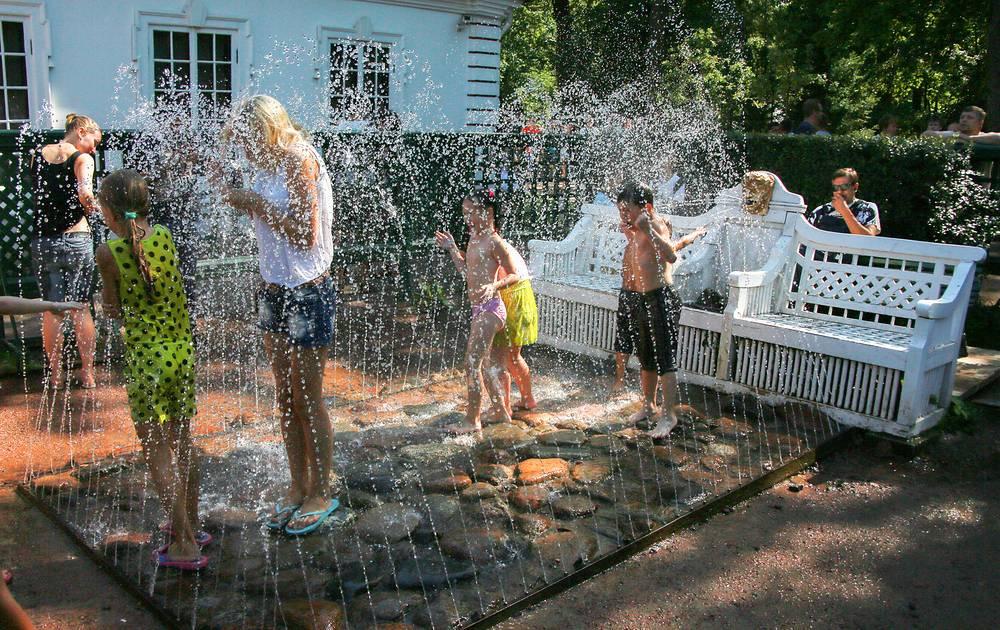 Фонтаны-шутихи до сих пор самая любимая забава посетителей Нижнего парка. Самые ранние из них - две  белые скамьи с золотыми маскаронами тритонов на спинках - находятся в Монплезирском саду