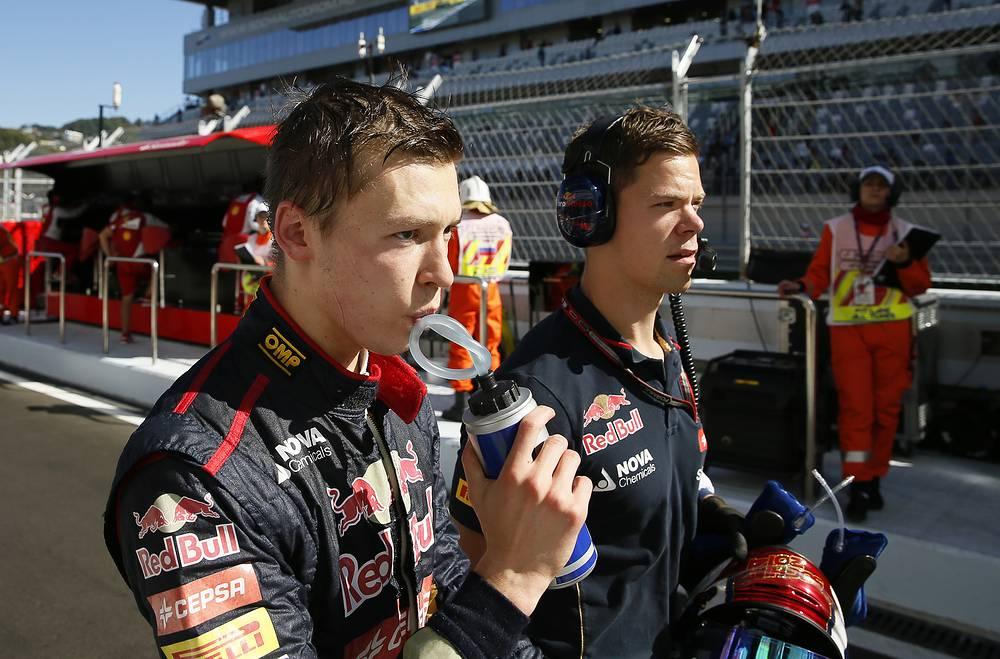 """Российский пилот """"Торо Россо"""" Даниил Квят (слева) на домашнем Гран-при финишировал на 14-м месте"""
