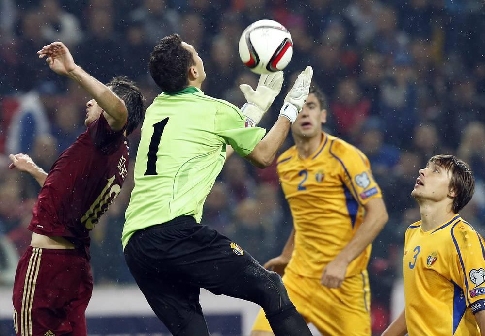 Мяч летит в руки Игорю Акинфееву