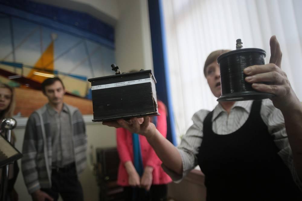 """Сотрудница музея связи демонстрирует самодельные радиоприемники во время проведения акции """"Вечер музеев"""" в Новосибирске"""