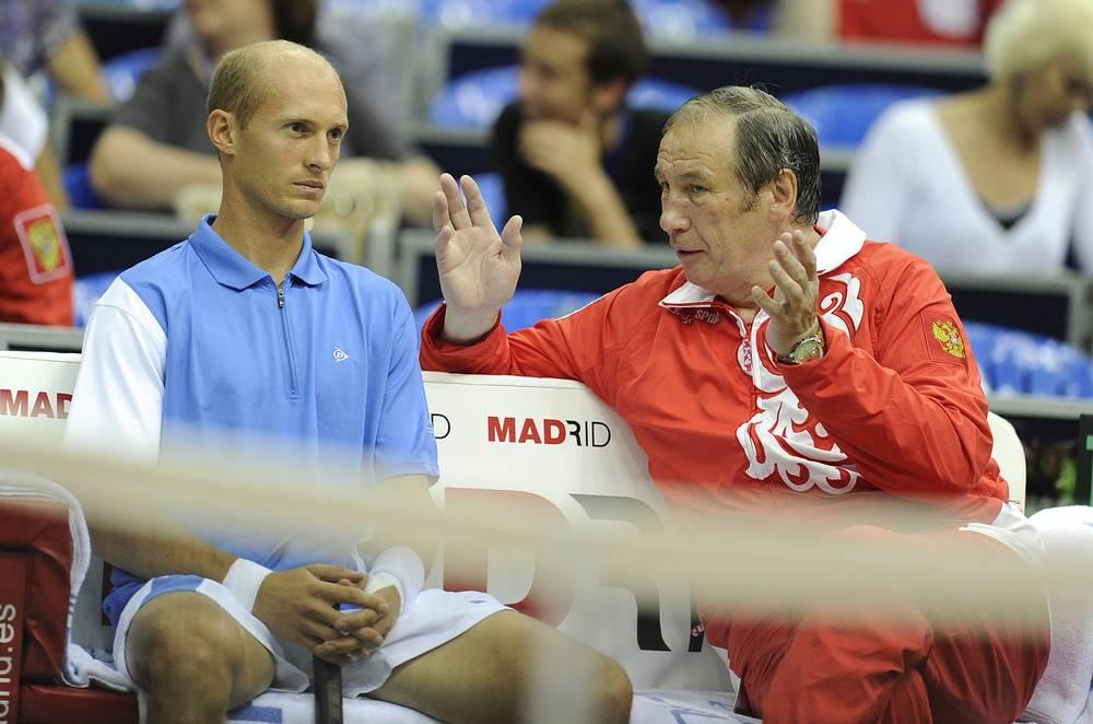 Давыденко и тренер Шамиль Тарпищев (слева направо) на матче 1/4 финала Кубка Дэвиса против аргентинца Давида Налбандяна, 2010 год