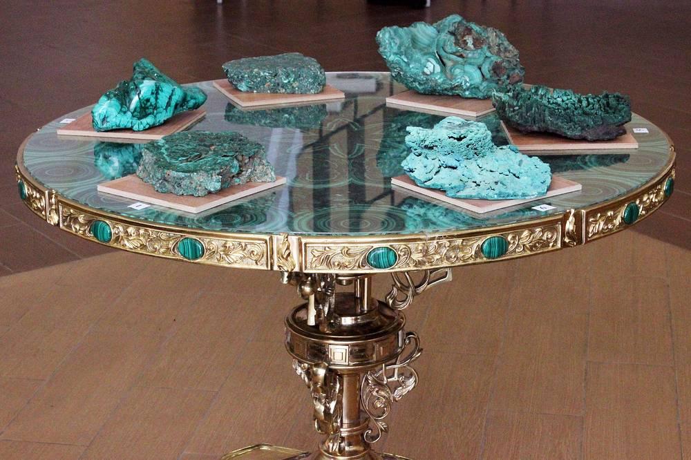 Образцы уральского, заирского и искусственного малахита, выставленные для сравнения. Столешница из заирского камня