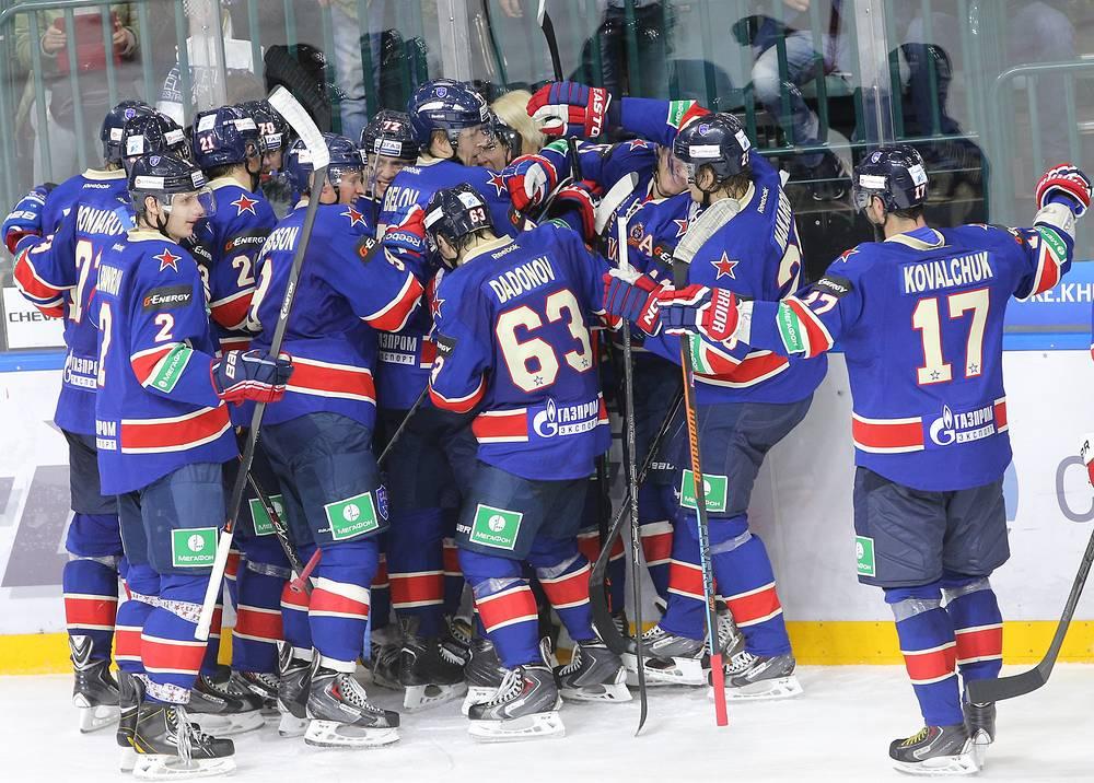 Хоккеисты СКА празднуют победу