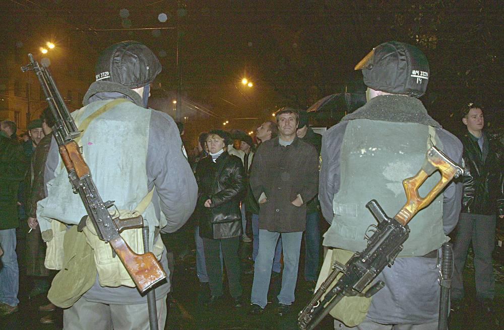 Здание театрального центра было оцеплено нарядами милиции, бойцами спецподразделений МВД (ОМОН и ОМСН)