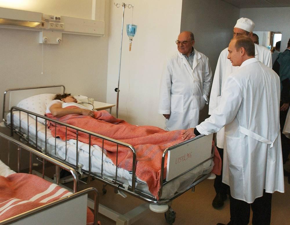 В результате теракта погибли 130 заложников, около 750 человек были госпитализированы. На фото: президент Владимир Путин во время посещения пострадавших в Институте скорой помощи имени Склифосовского