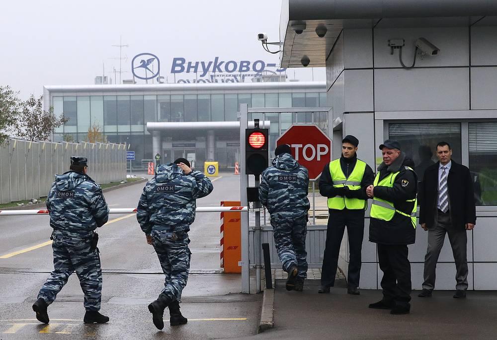 20 октября примерно в 23.57 мск в аэропорту Внуково-3 при взлете четырехместный самолет Falcon, следовавший рейсом Москва - Париж, задел автомобиль спецтехники, загорелся и рухнул на взлетно-посадочную полосу. На фото: контрольно-пропускной пункт