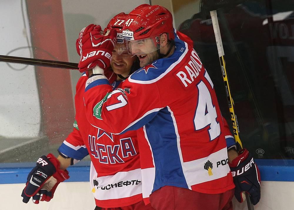 Александр Радулов поздравляет Стефана Да Косту с очередной заброшенной шайбой