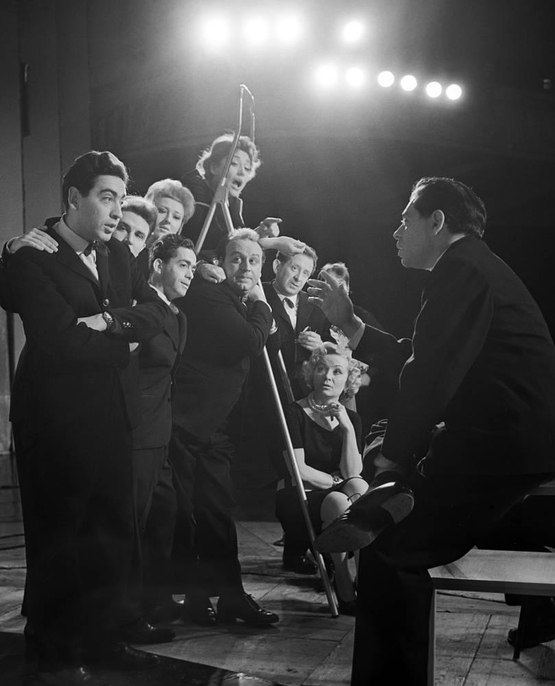 Аркадий Райкин (справа) и Роман Карцев (третий слева) во время репетиции в Ленинградском театре миниатюр, 1963 год