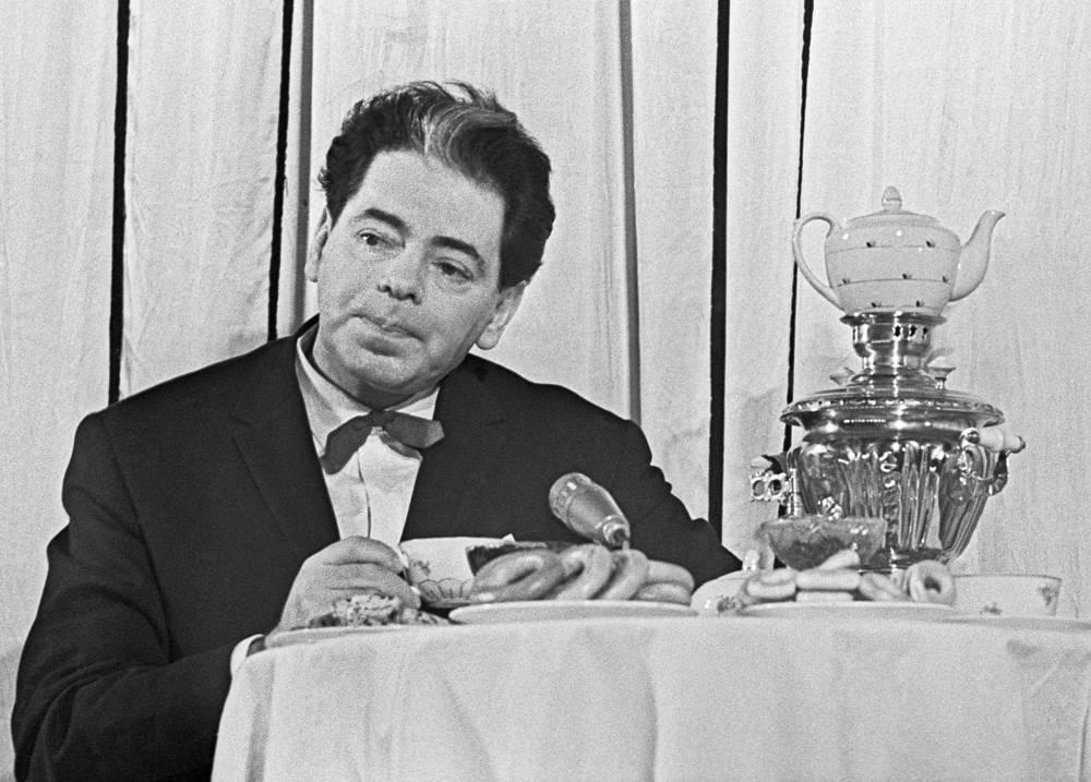 Художественный руководитель Ленинградского театра миниатюр Аркадий Райкин во время выступления, 1964 год