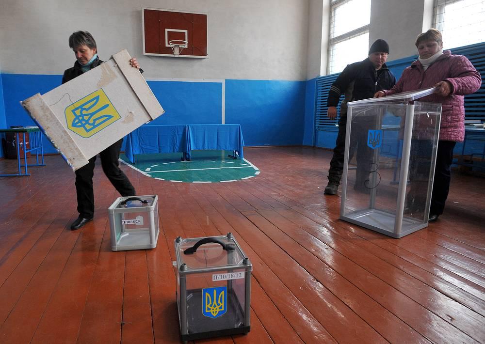 26 октября на Украине состоялись внеочередные выборы депутатов Верховной рады. Голосование определит судьбу 225 мандатов, на которые претендуют 3114 кандидатов от 29 партий, и 213 мандатов в одномандатных округах, за которые борются 3322 претендента