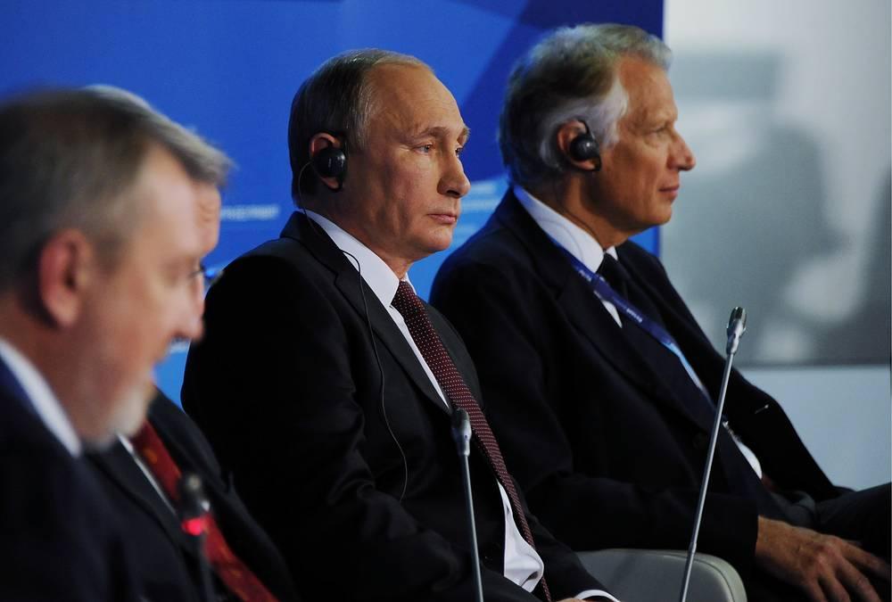 Российский лидер позитивно смотрит на экономическое будущее России: страна будет развивать производство и технологии. А усилия по улучшению инвестклимата не прошли даром, надеется президент
