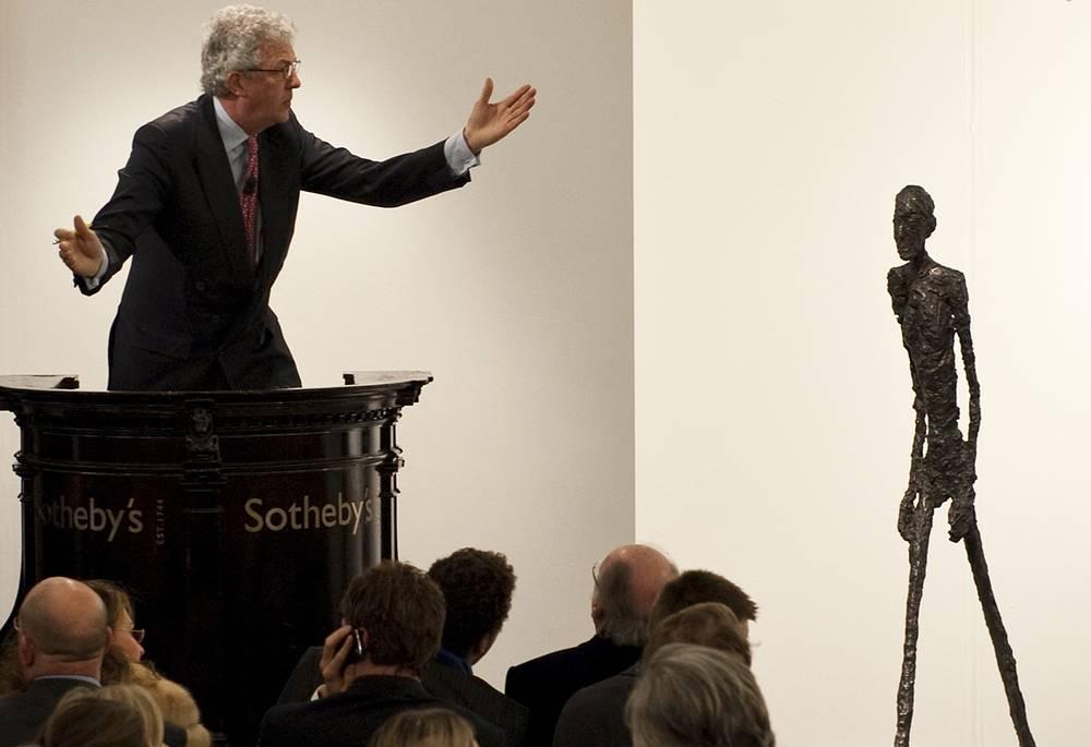 """В 2010 году вдова ливанского банкира Эдмонда Сафра на торгах в Лондоне купила за $104,3 млн вторую версию статуи """"Шагающий человек"""", отлитую из бронзы в 1961 году знаменитым швейцарским скульптором и художником Альберто Джакометти. Она представляет собой человеческую фигуру с опущенными руками высотой 183 см"""
