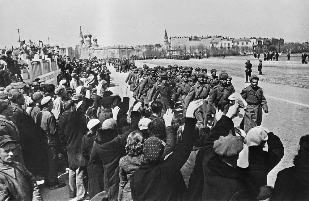 10 апреля 1944 года войска 3-го Украинского фронта при содействии Черноморского флота очистили от захватчиков Одессу. На фото: жители Одессы приветствуют освободителей, 1944 год