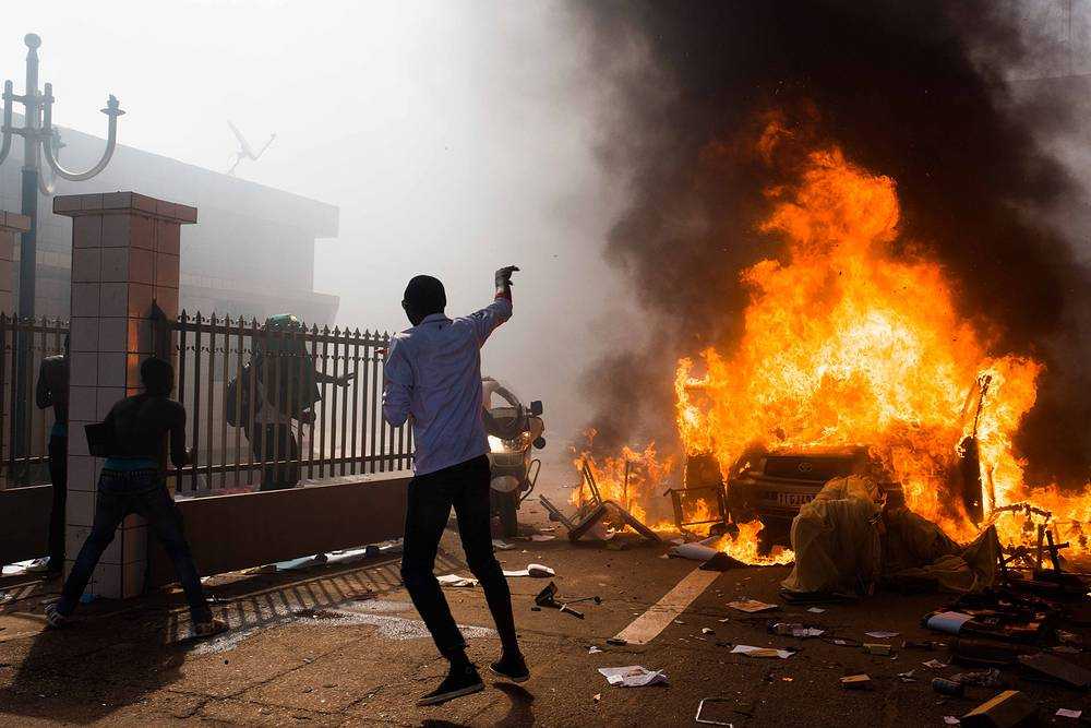 В столице Буркина-Фасо Уагадугу 31 октября возобновились массовые манифестации оппозиции с требованием отставки президента Блэза Компаоре, несмотря на то что накануне президент отменил чрезвычайное положение в стране, объявив о готовности начать переговоры с оппозицией