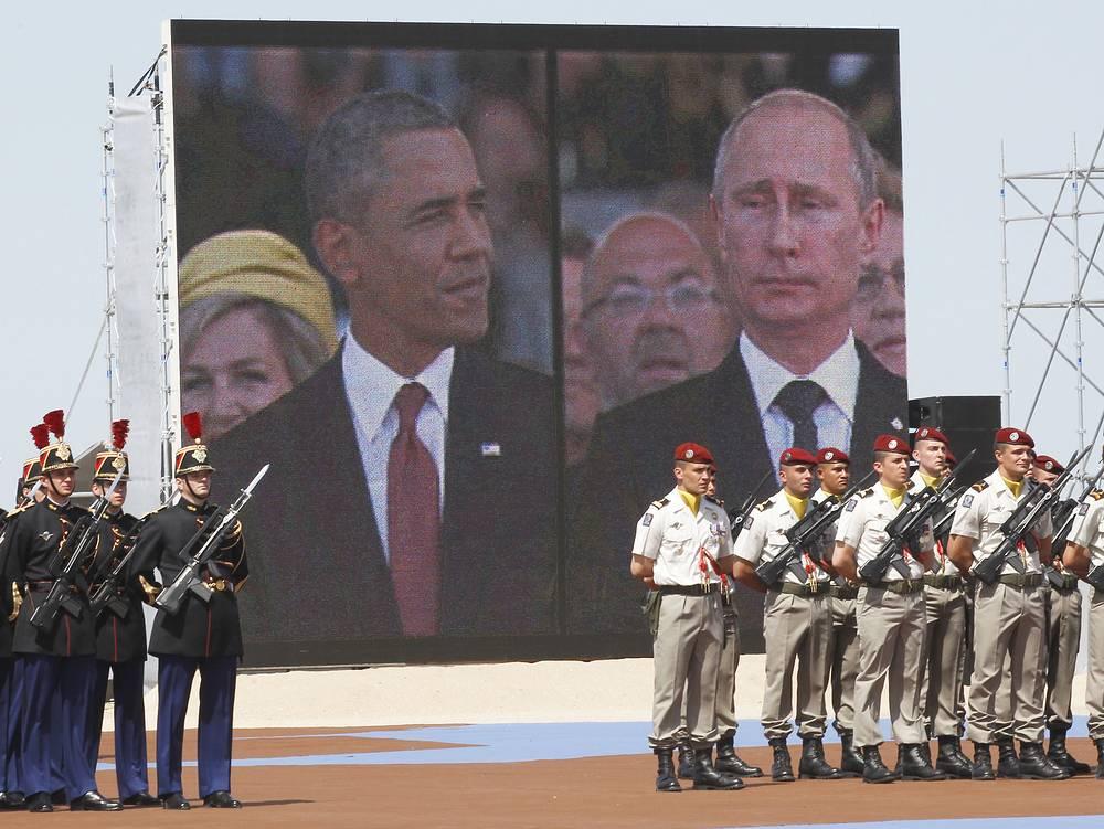 """Даже в разгар украинского кризиса Обама считает свои взаимоотношения с Путиным """"прямыми и крепкими"""". На фото: во время торжеств в честь 70-летия высадки союзнических войск в Нормандии, 2014 год"""