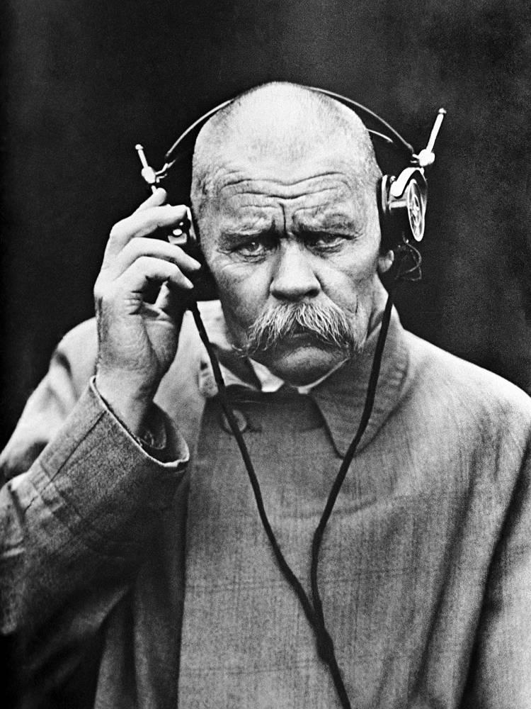 Максим Горький в Нижегородской радиолаборатории. 1928 год