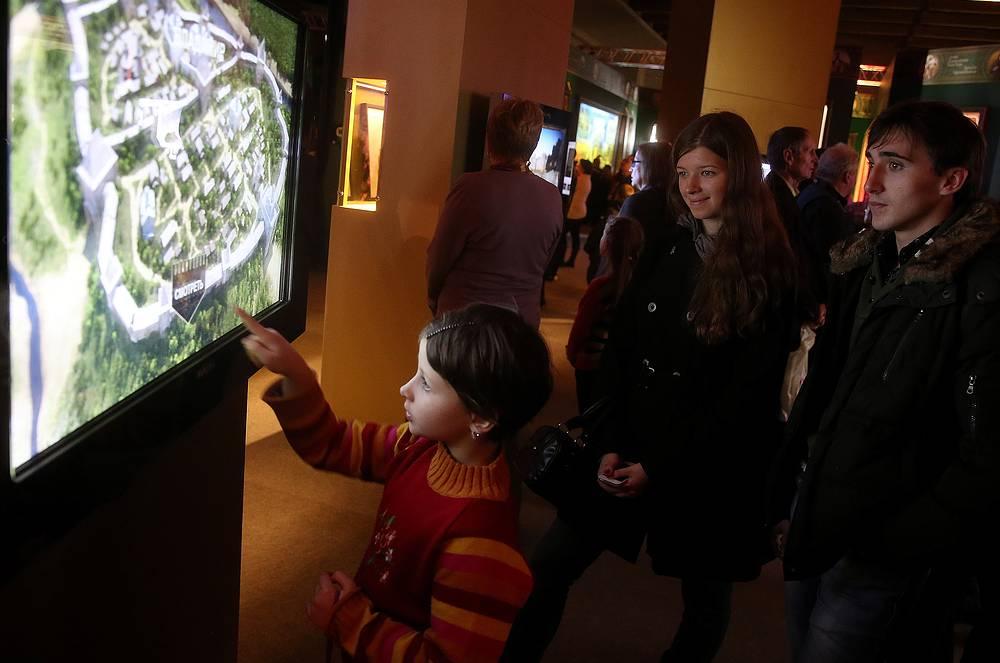 Посетителям выставки предлагают использовать на своих гаджетах специальное приложение. В его основе контент экспозиции, посвященной династии Романовых, которая была представлена в центре Москвы в прошлом году
