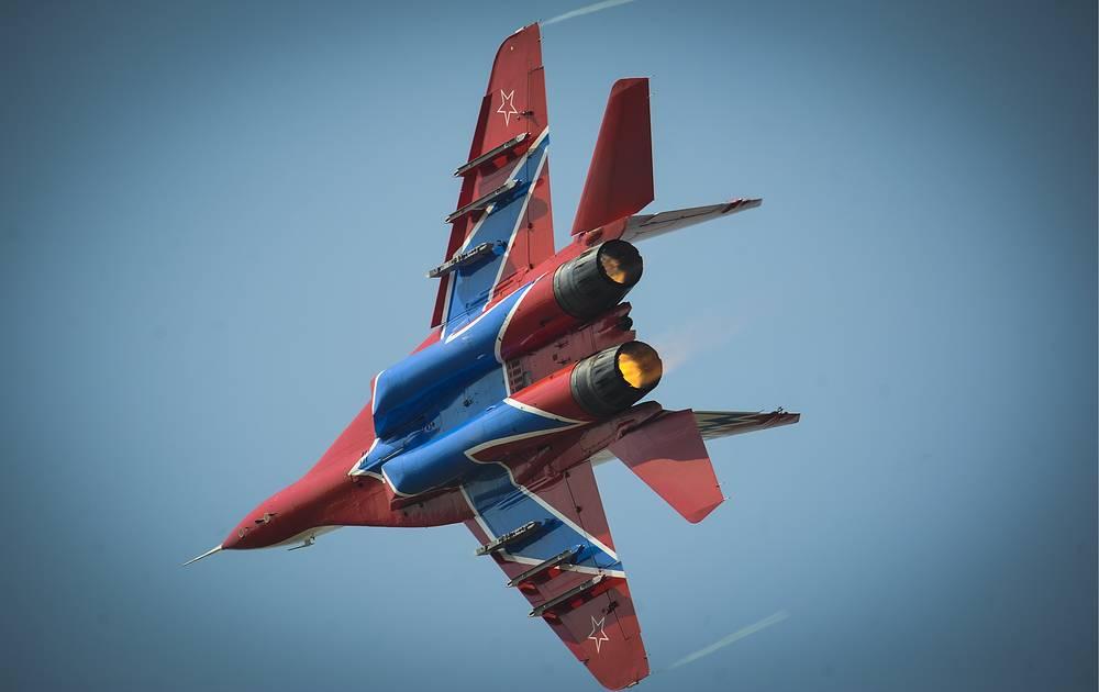 """Истребитель МиГ-29 пилотажной группы """"Стрижи"""" в фирменной раскраске - красно-белый корпус с синим силуэтом стрижа сверху и снизу. МиГ-29 был сконструирован в 1970-е годы. В 1983 году началось серийное производство истребителей. Некоторые испытатели новейших МиГ-29 вошли в первый состав """"Стрижей"""""""