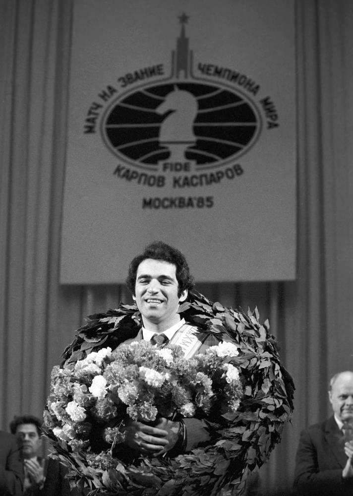 Новый чемпион мира по шахматам Гарри Каспаров после окончания шахматного матча за звание чемпиона мира в Концертном зале имени П. И. Чайковского, 1985 год. После 2005 года посвятил себя политической деятельности, участвуя в ряде оппозиционных движений. В 2014 году участвовал в выборах президента ФИДЕ, проиграв действующему главе организации Кирсану Илюмжинову. В мае 1997 года участвовал в матче против шахматного суперкомпьютера Deep Blue, проиграв тому одну партию из шести
