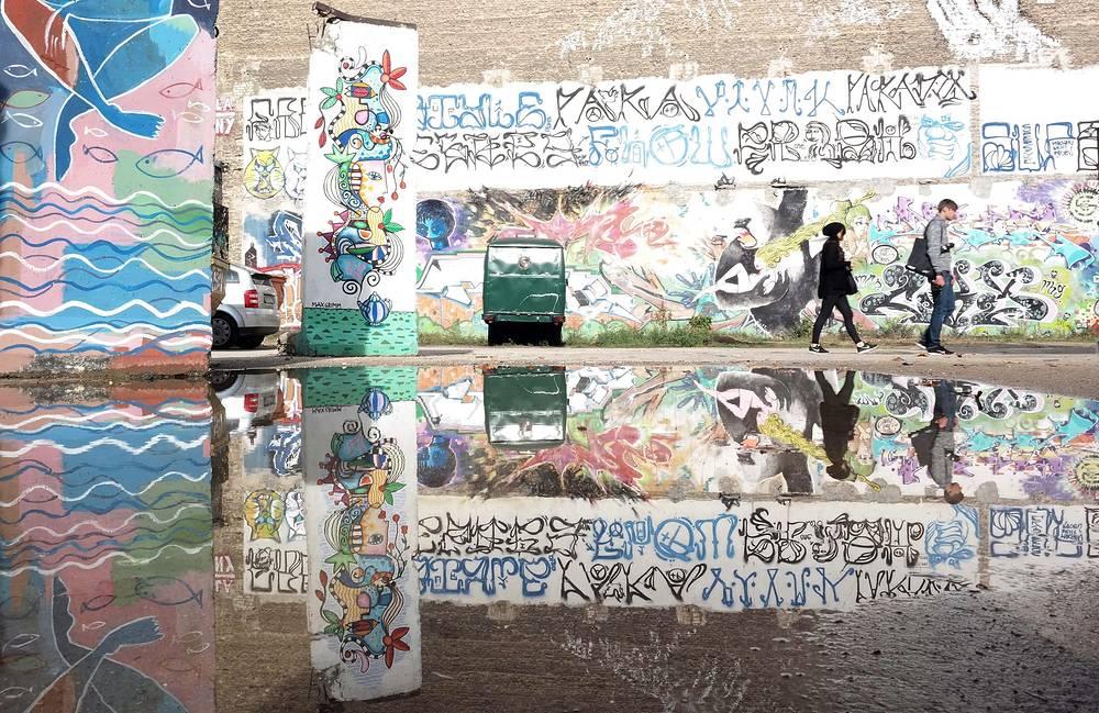 """Фрагмент Берлинской стены в арт-зоне """"Новый Западный Берлин"""" в Берлине"""