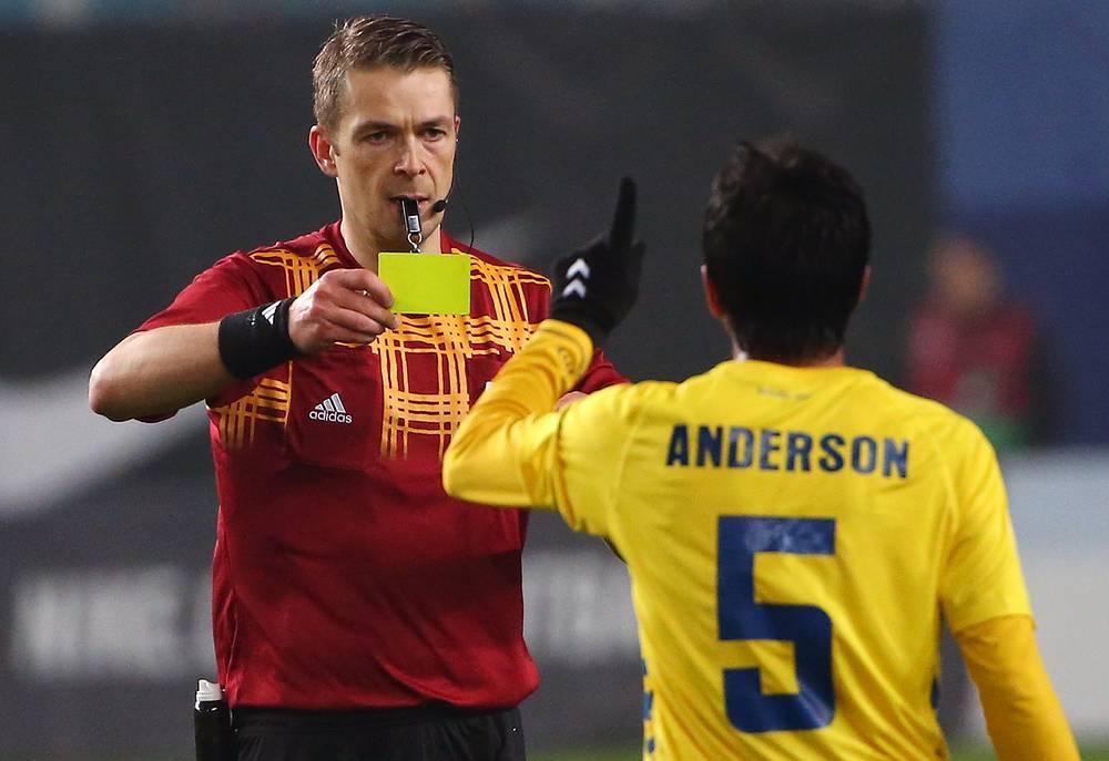 """Игрок ФК """"Эшторил"""" Андерсон Луис (справа) получает желтую карточку"""