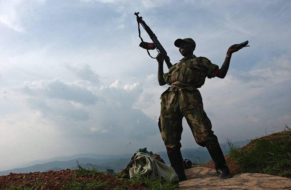 Демократическая Республика Конго. Солдат танцует на позиции у города Карумба