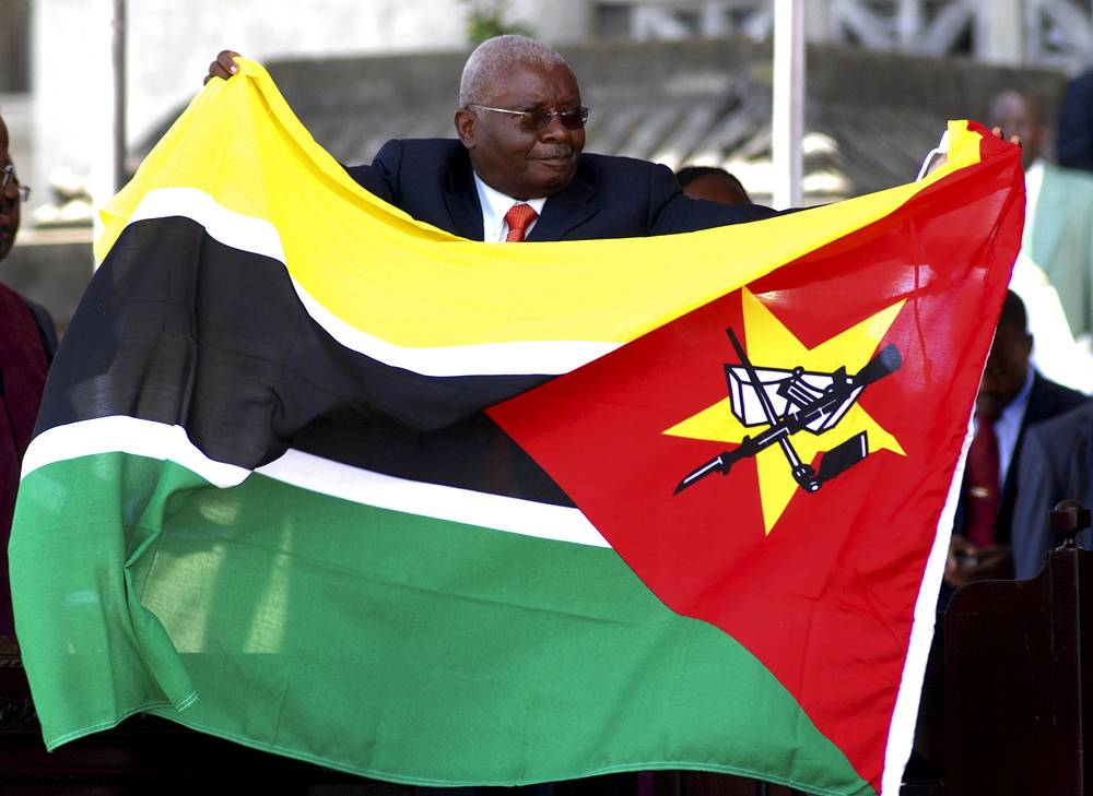 Флаг Мозамбика - единственный флаг государства в мире, на котором изображен автомат Калашникова. Президент Мозамбика Арманду Гебуза во время инаугурации в качестве  президента, 14 января 2010 года