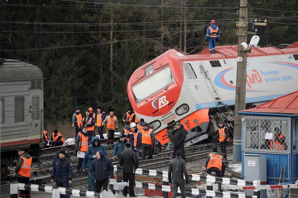 Два вагона пассажирского поезда сошли с рельсов в результате ЧП на железной дороге в Свердловской области, 5 ноября. На фото: рабочие на месте столкновения скорого поезда № 99 Владивосток - Москва с электровозом на станции Сабик