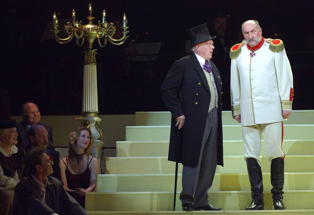 Актеры Александр Потапов и Борис Клюев (слева направо) во время юбилейного представления, посвященного 250-летию Малого театра