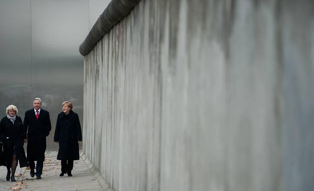 Канцлер ФРГ Ангела Меркель, правящий бургомистр Берлина Клаус Воверайт, государственный министр по делам культуры и массовых коммуникаций ФРГ Моника Грюттерс (справа налево)