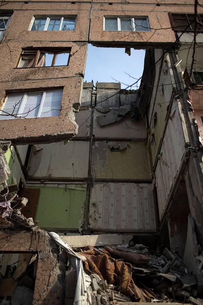 В доме 11 в квартале 60 лет СССР осталось семь жильцов. 26 и 29 октября в пятиэтажку попали два снаряда. В месте, куда угодил последний, обрушился один ряд квартир от крыши до подвала
