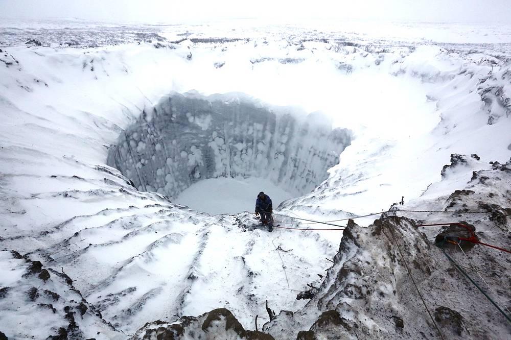 11 ноября российские ученые впервые спустились на дно гигантской воронки на Ямале. По мнению ученых провалы образовались в 2012 и 2013 годах в результате потепления климата
