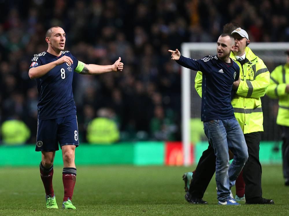 Лично поздравить капитана шотландцев Скотта Брауна (слева) с победой захотел даже один из зрителей.