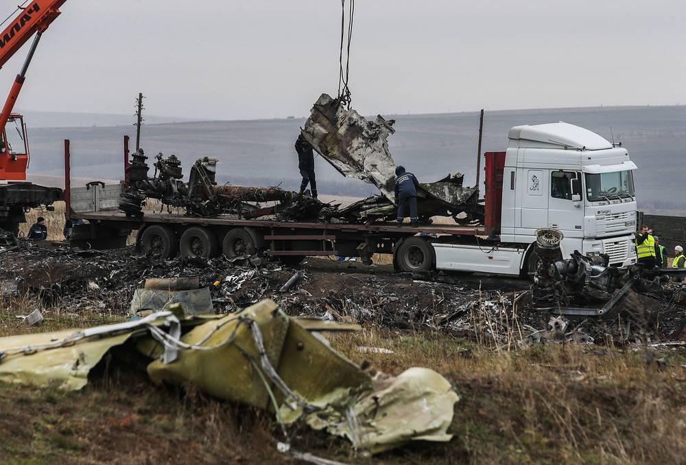 Погрузка обломков разбившегося под Донецком Boeing для отправки в Нидерланды