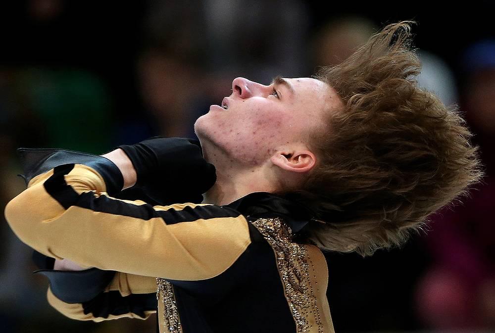 Российский фигурист Артур Гачинский выступает в короткой программе мужского одиночного катания
