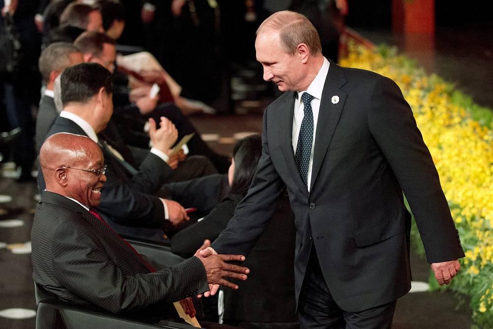 Президент РФ Владимир Путин пожимает руку президенту ЮАР Джейкобу Зуме во время церемонии открытия саммита