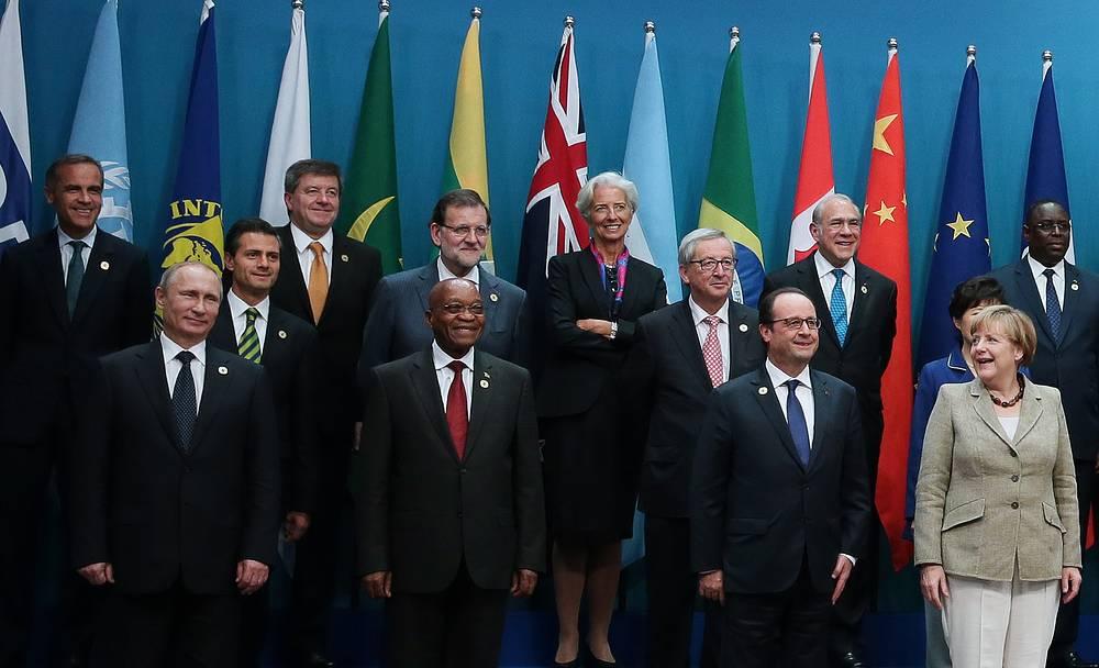 Президент РФ Владимир Путин, президент ЮАР Джейкоб Зума, президент Франции Франсуа Олланд, канцлер Германии Ангела Меркель (на первом плане) и директор-распорядитель Международного валютного фонда Кристин Лагард (в центре) на церемонии совместного фотографирования глав делегаций государств - участников саммита G20
