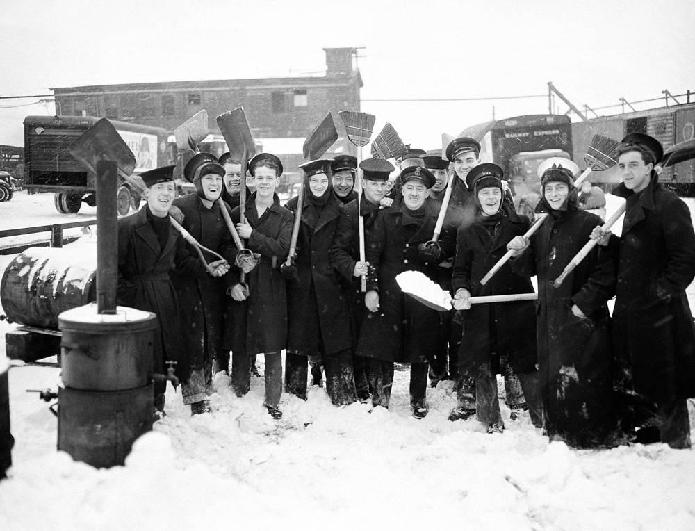 Британские моряки в Бостоне во время уборки снега, 1944 год