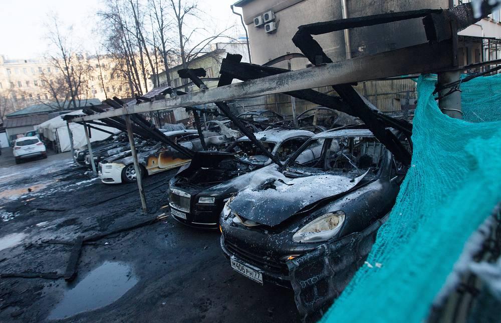 Возгорание произошло в Оружейном переулке на неохраняемой стоянке