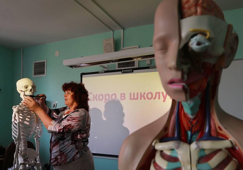 17 августа. Подготовка кабинета биологии к новому учебному году в средней общеобразовательной школе города Иваново. 1 сентября 2014 года открыли свои двери около 43 тыс. школ. В первый класс пошли 1,5 млн детей, а всего за парты сели 14 млн школьников