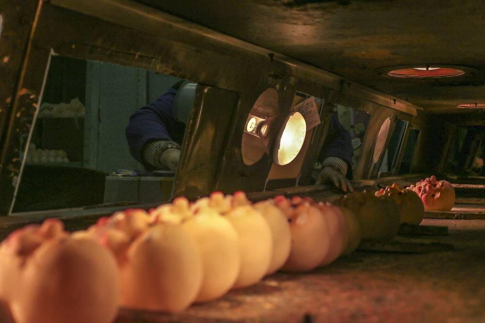 В процессе изготовления изделия сушатся на специальном конвейере