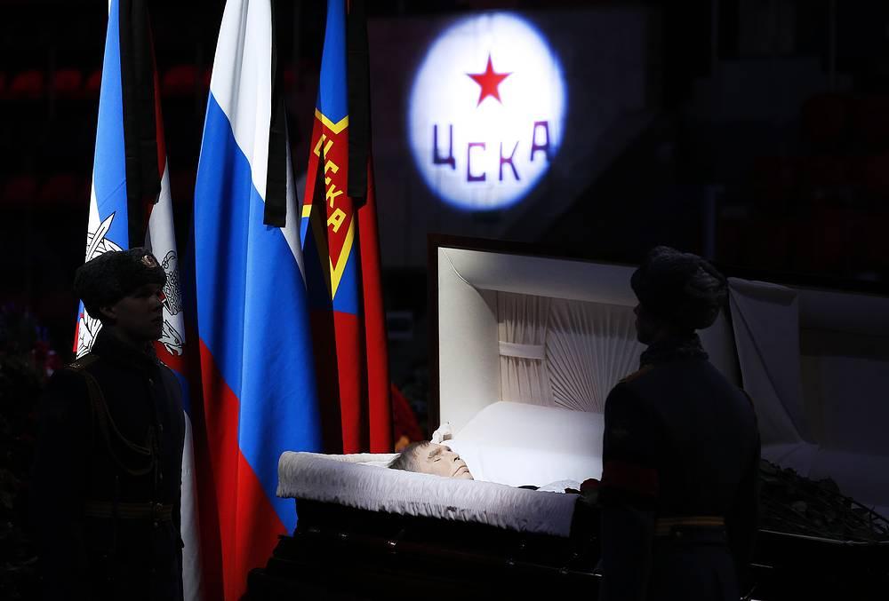 27 ноября в Ледовом дворце спорта ЦСКА состоялась церемония прощания с хоккейным тренером Виктором Тихоновым. Трехкратный чемпион Олимпиады скончался на 85-м году жизни в ночь на 24 ноября в Москве