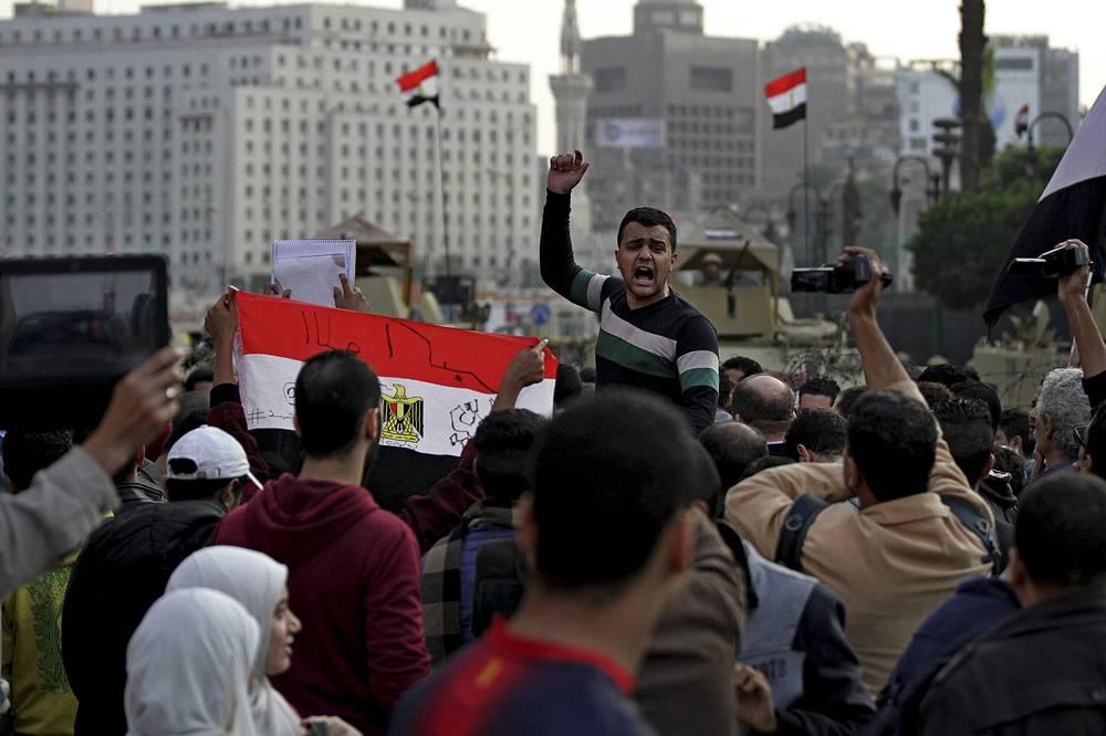"""По данным минздрава Египта, в ходе беспорядков погибли два человека. Многие бывшие """"революционеры"""" поспешили вновь обвинить силовые структуры в чрезмерном применении силы, однако в МВД указали, что располагают доказательствами того, что один из демонстрантов был убит активистами """"Братьев-мусульман"""", которые также присоединились к демонстрациям"""