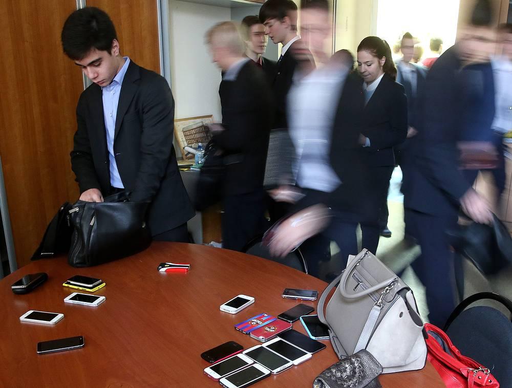 Темы сочинения стали известны за 15 минут до начала экзамена. На фото: учащиеся гимназии № 1529 сдают мобильные телефоны на время итогового сочинения