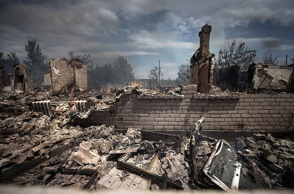 В результате артобстрелов и авианалетов в поселках Станица Луганская и Старая Кондрашовка погибли 12 мирных жителей. На фото: последствия атаки украинских силовиков в поселке Станица Луганская