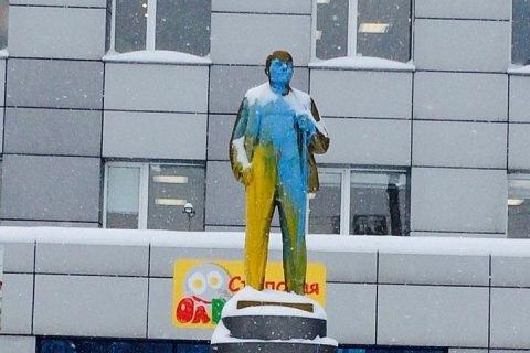 Раскрашенный памятник Ленину в Дзержинском районе Новосибирска