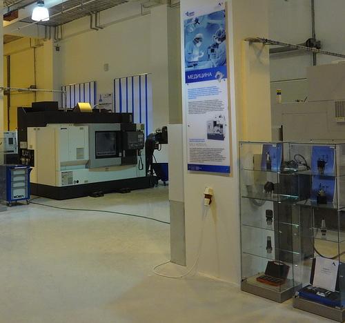 Многофункциональный обрабатывающий центр Multus B200 W (на заднем плане)