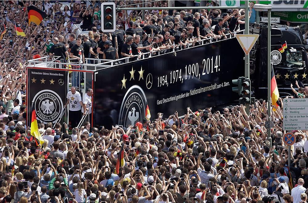 Десятки тысяч болельщиков встретили в Берлине немецкую сборную, одержавшую победу на чемпионате мира по футболу в Бразилии, как национальных героев